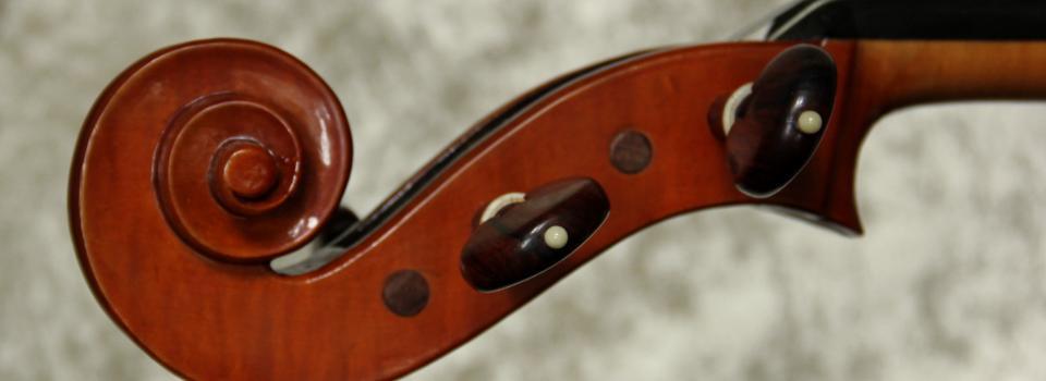 Nahaufnahme vom Kopf einer Geige